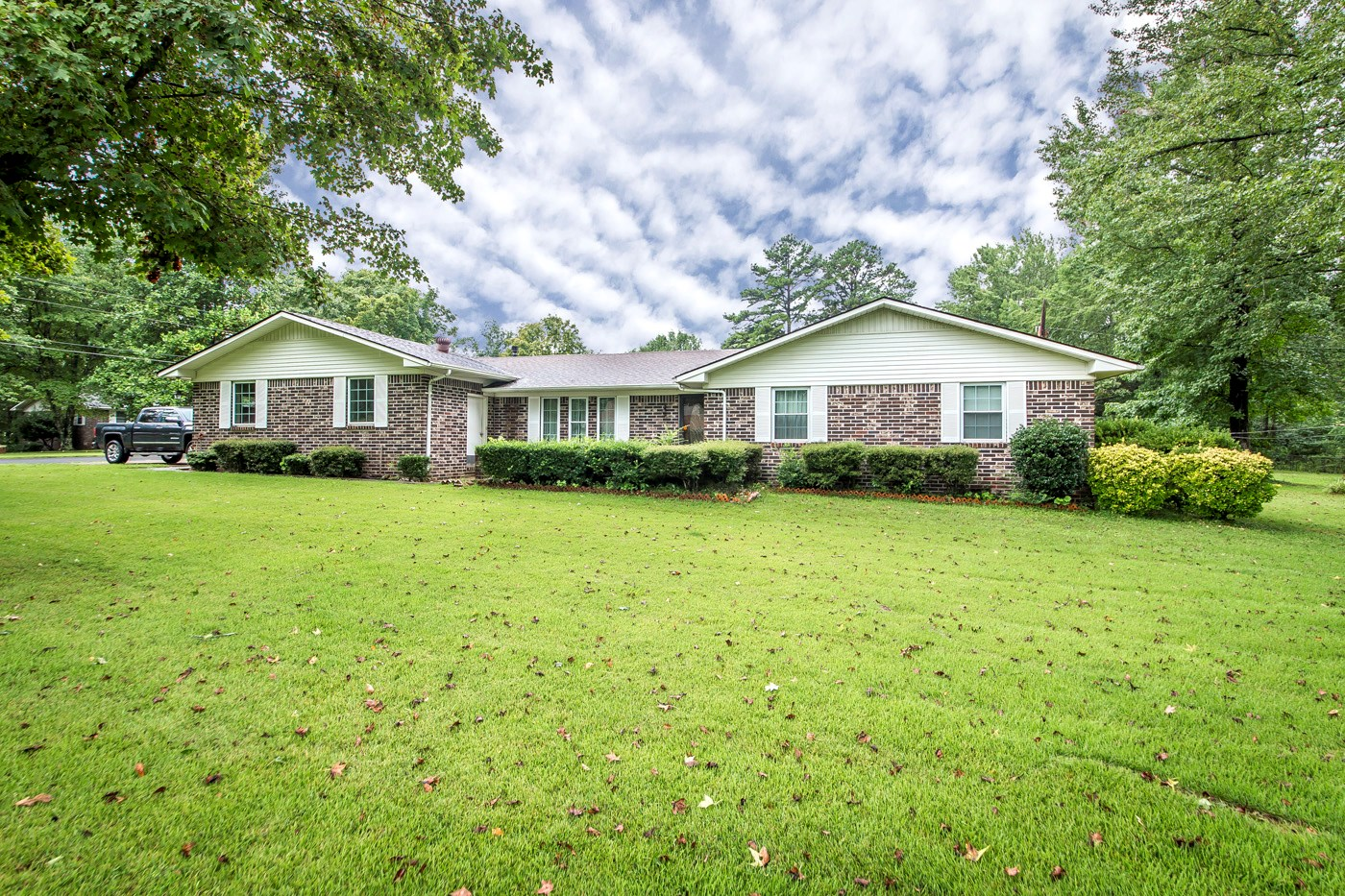 Nice Brick Home in Clinton with Inground Pool For Sale!