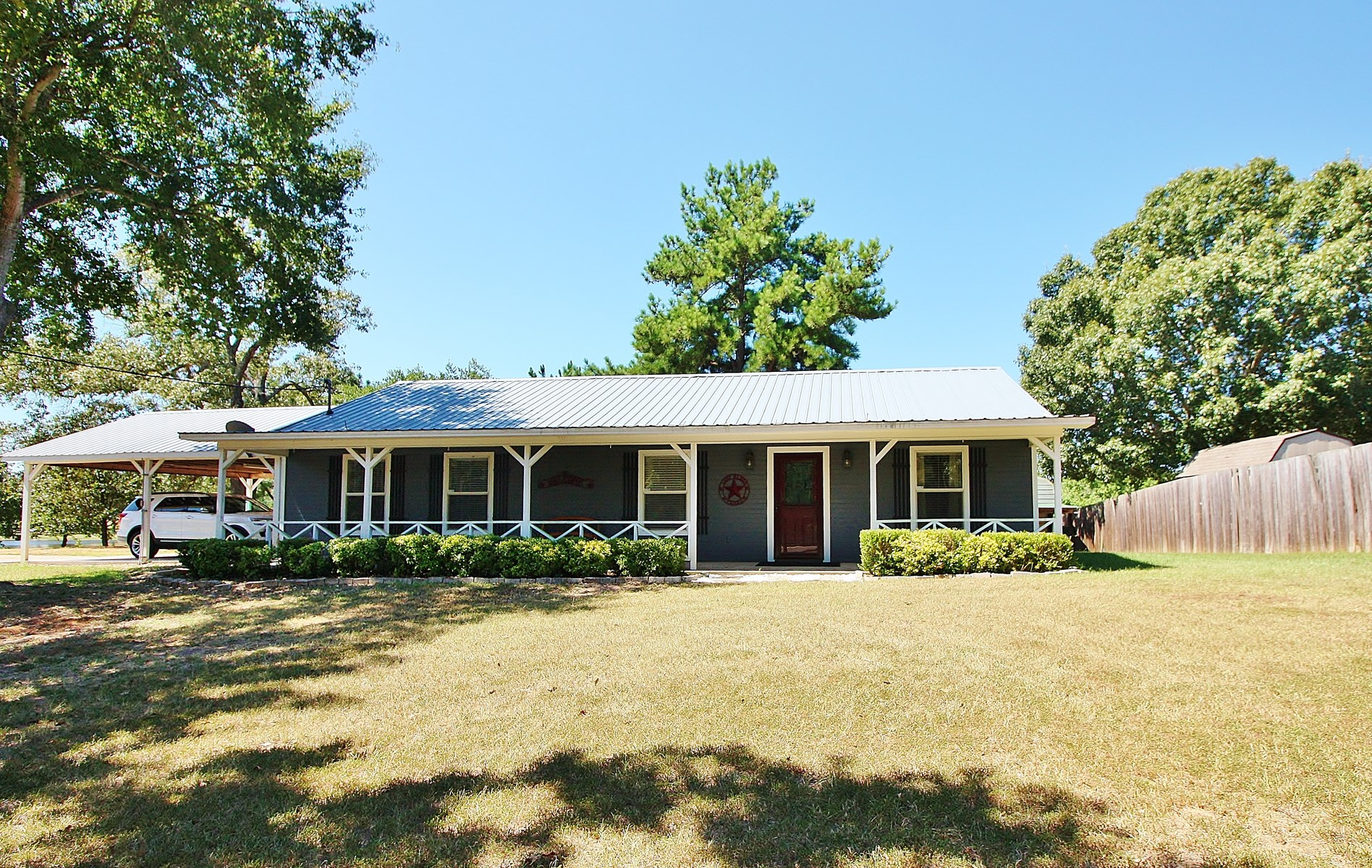 Waterfront Home on Acreage For Sale in Buffalo, TX