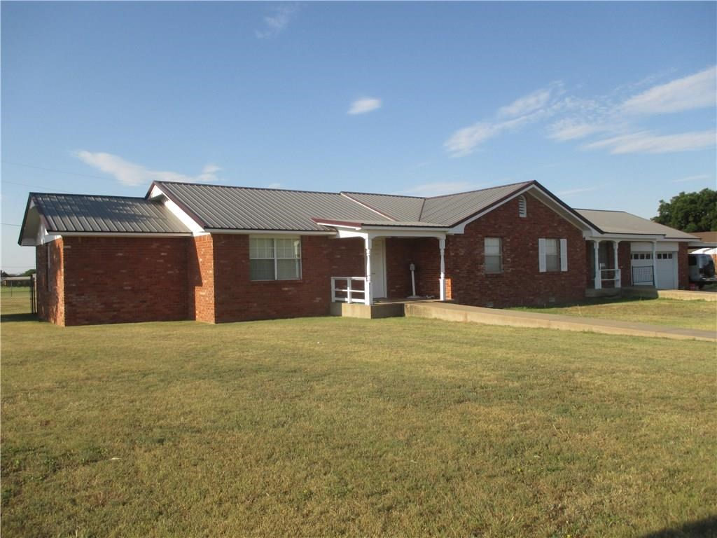 HOME FOR SALE IN SAYRE, OK ON 1 ACRE