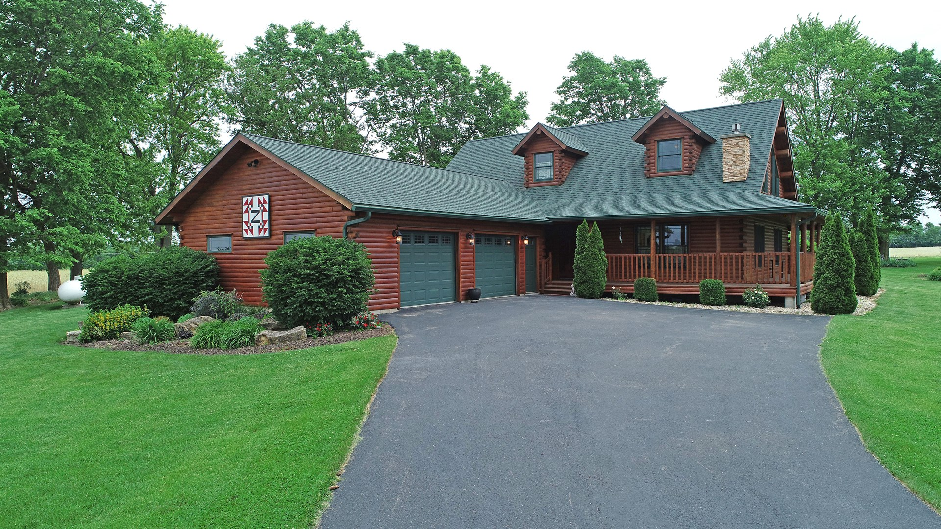 2005 custom WARD Cedar Log home in NW Illinois on 1+ acre