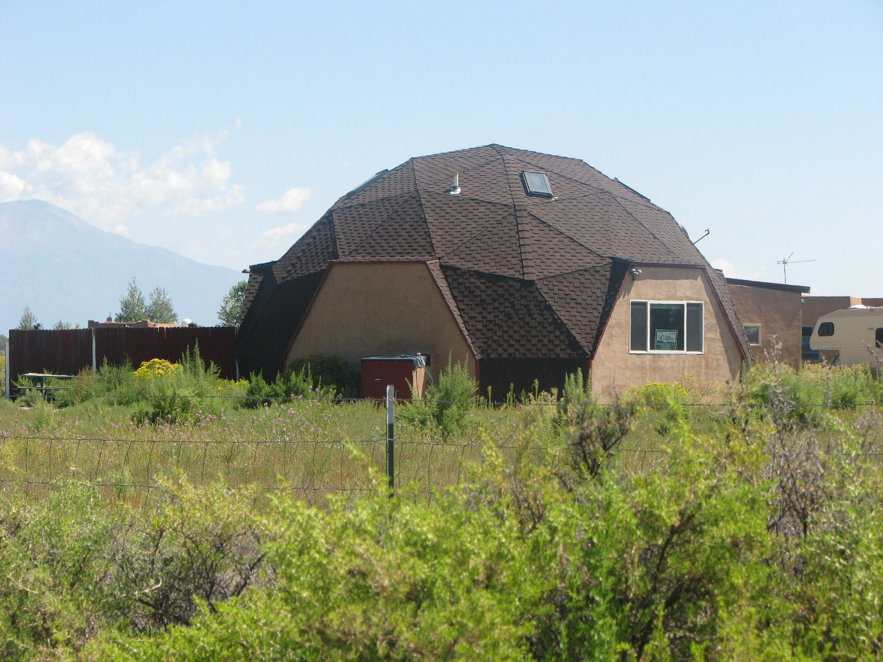 ALAMOSA, COLORADO, GEODESIC STYLE FRESHLY PAINTED & CARPETED