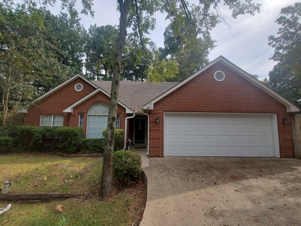 CORNER LOT IN TYLER! 3/2/2 WITH OPEN FLOOR PLAN ON OVER 1 AC