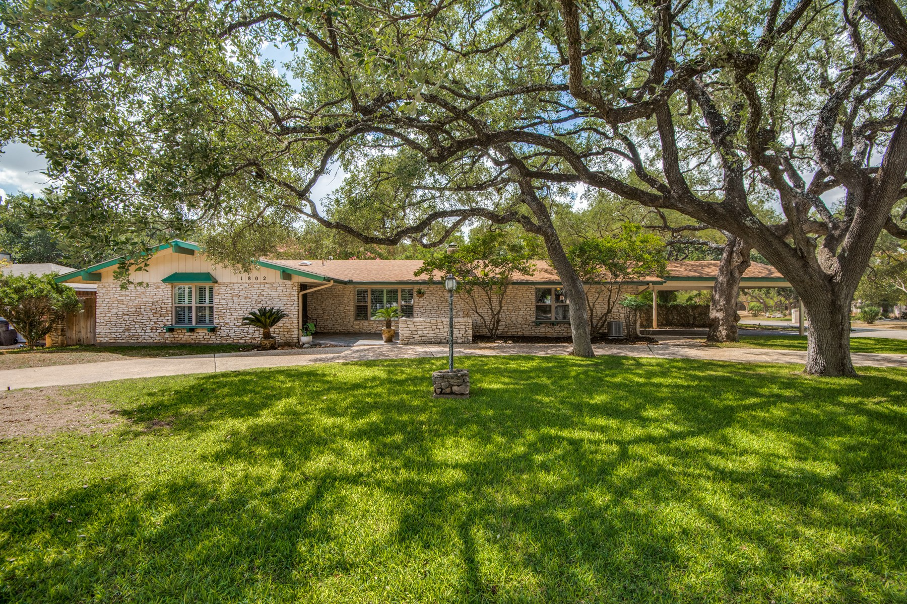 CHARM & CONVENIENCE IN ONE LOVELY HOME IN NORTH SAN ANTONIO!