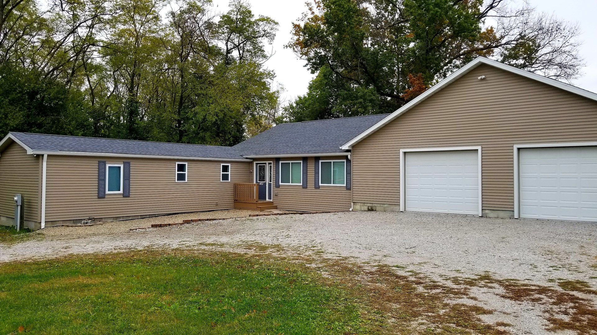 Carlinville Updated Ranch w/3 Bedrooms on Dead-End Street
