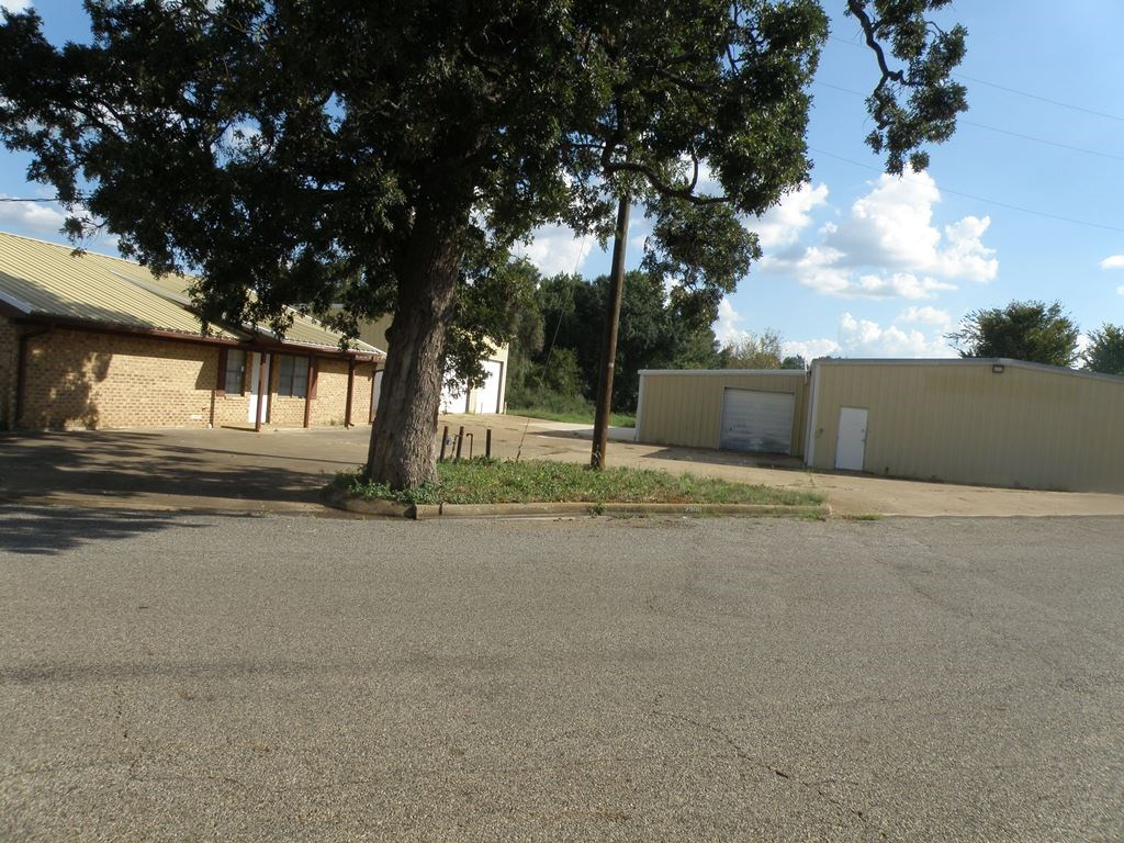 NICE LARGE PROPERTY IN PALESTINE W 3 BUILDING ON 1.5 ACRE