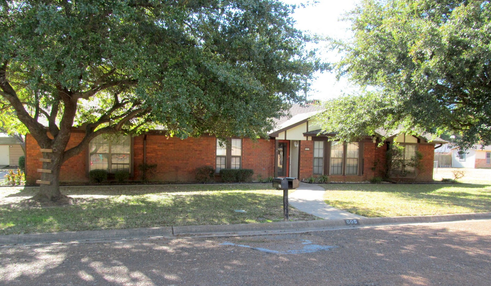LARGE BRICK HOME ON LARGE LOT IN WINNSBORO, TX - WOOD COUNTY