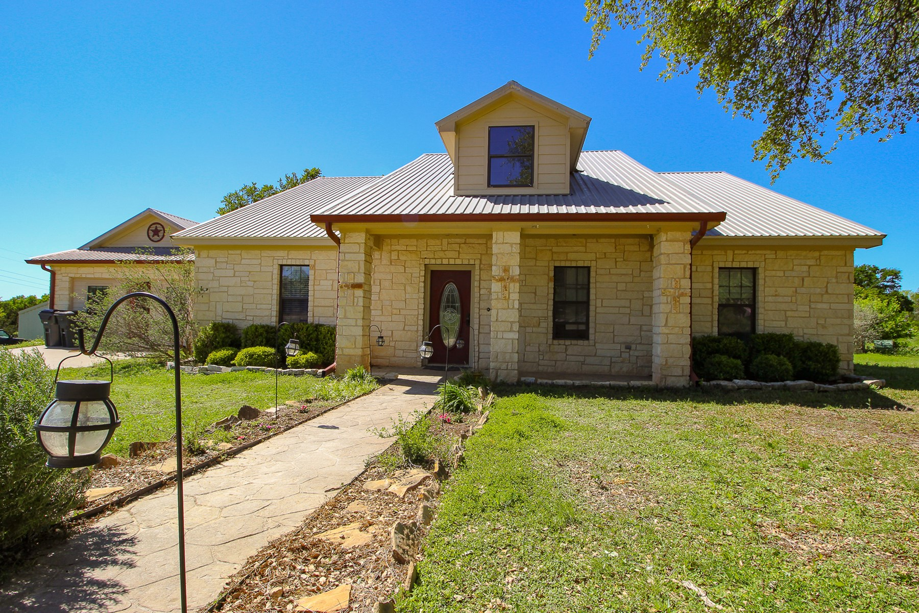 Custom Home on 2 Acres For Sale, in Jonesboro/Gatesville