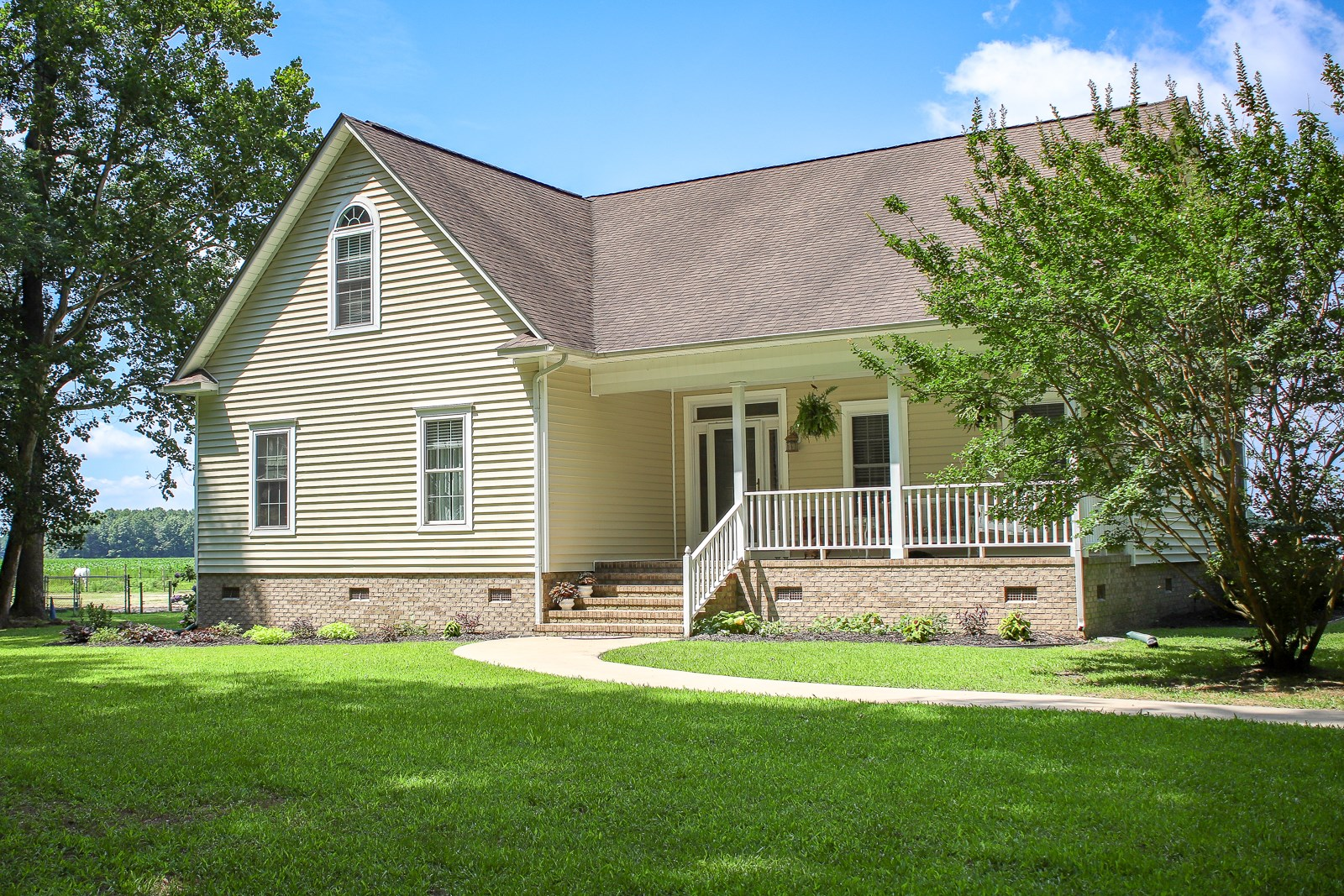 Tucked away country living:4 Bed/3 Bath with space to grow.