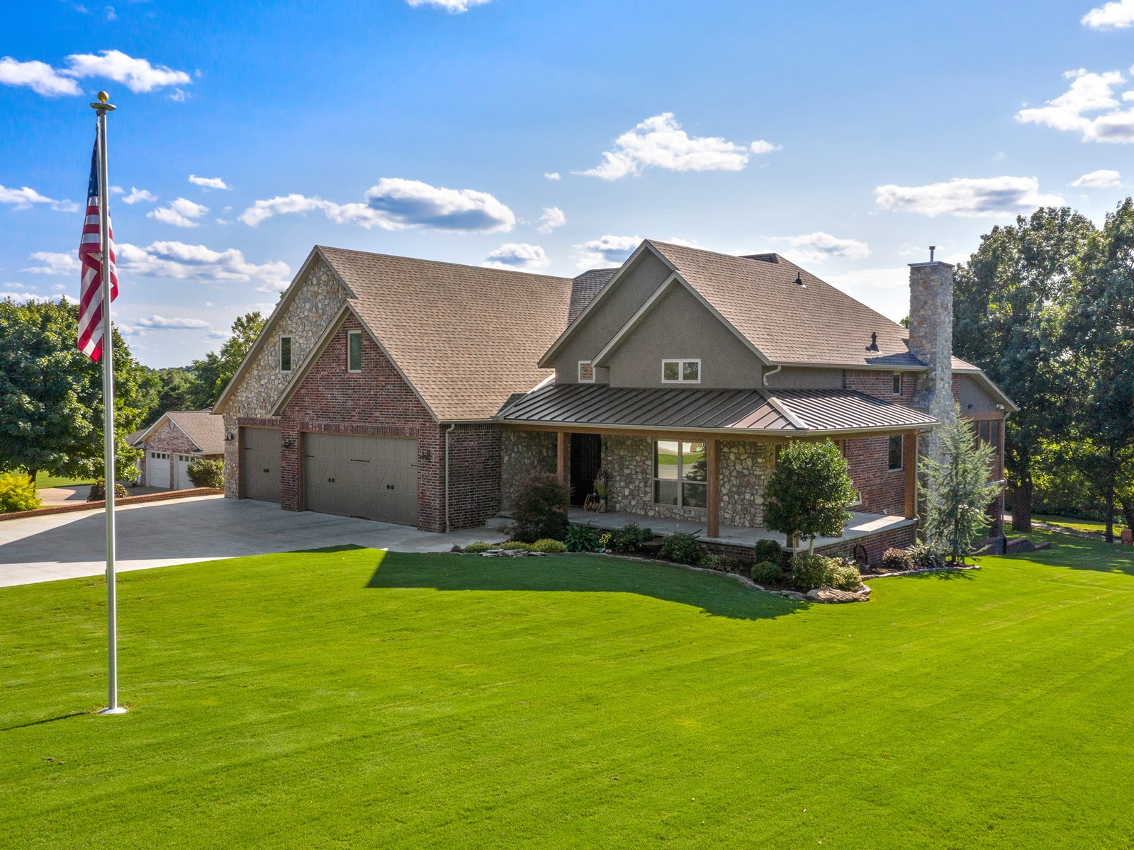 LAKEFRONT COUNTRY HOME FOR SALE IN OKLAHOMA