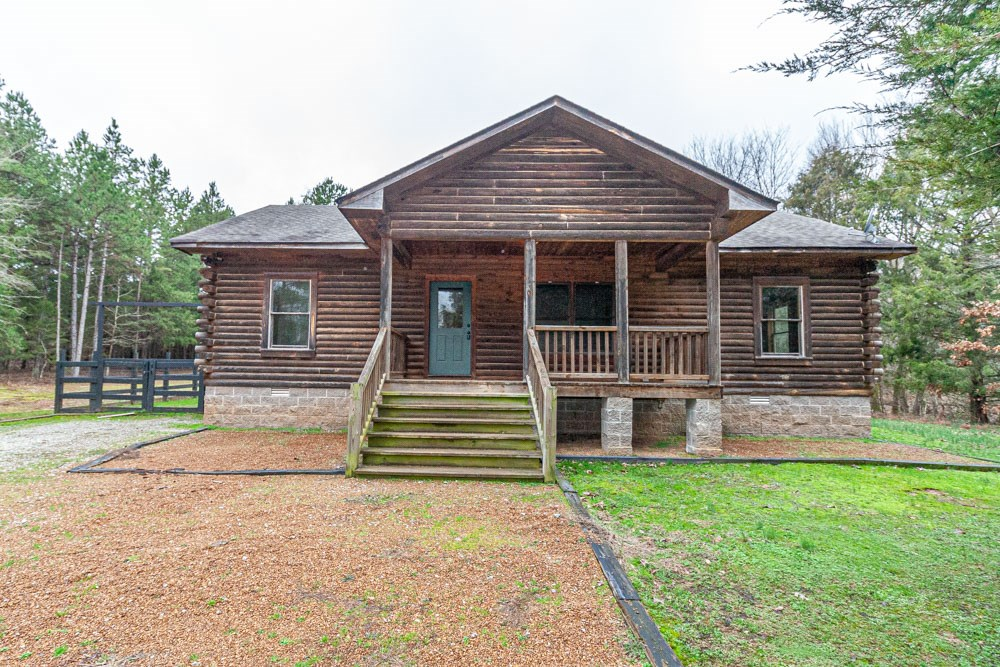Log Home in Gated Community in Hardeman County