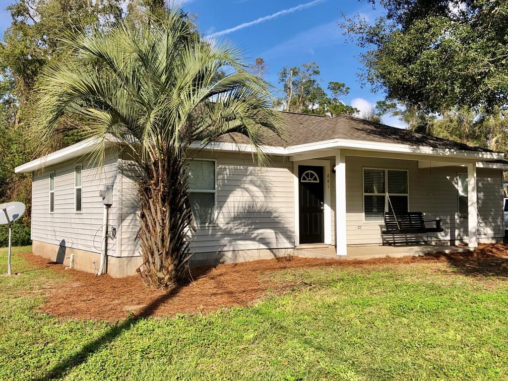 LOCATED IN TRENTON, FL! Great starter home located in town!