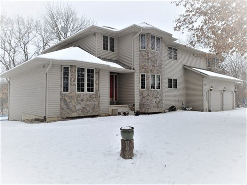 Lee Co, Iowa Country Home with Acreage & Private Lake Access