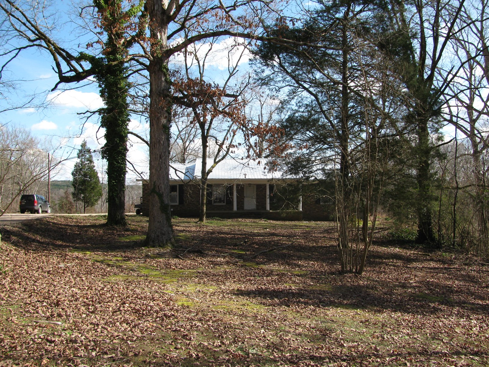 BRICK HOME ON ACREAGE FOR SALE IN TENNESSEE, GREAT HUNTING