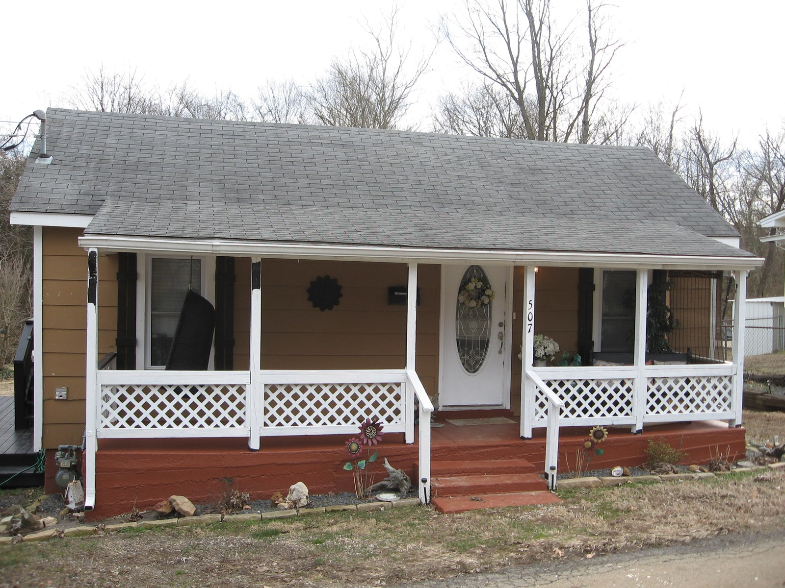 2-BR, 1-BA W/MANY UPDATES THROUGHOUT: