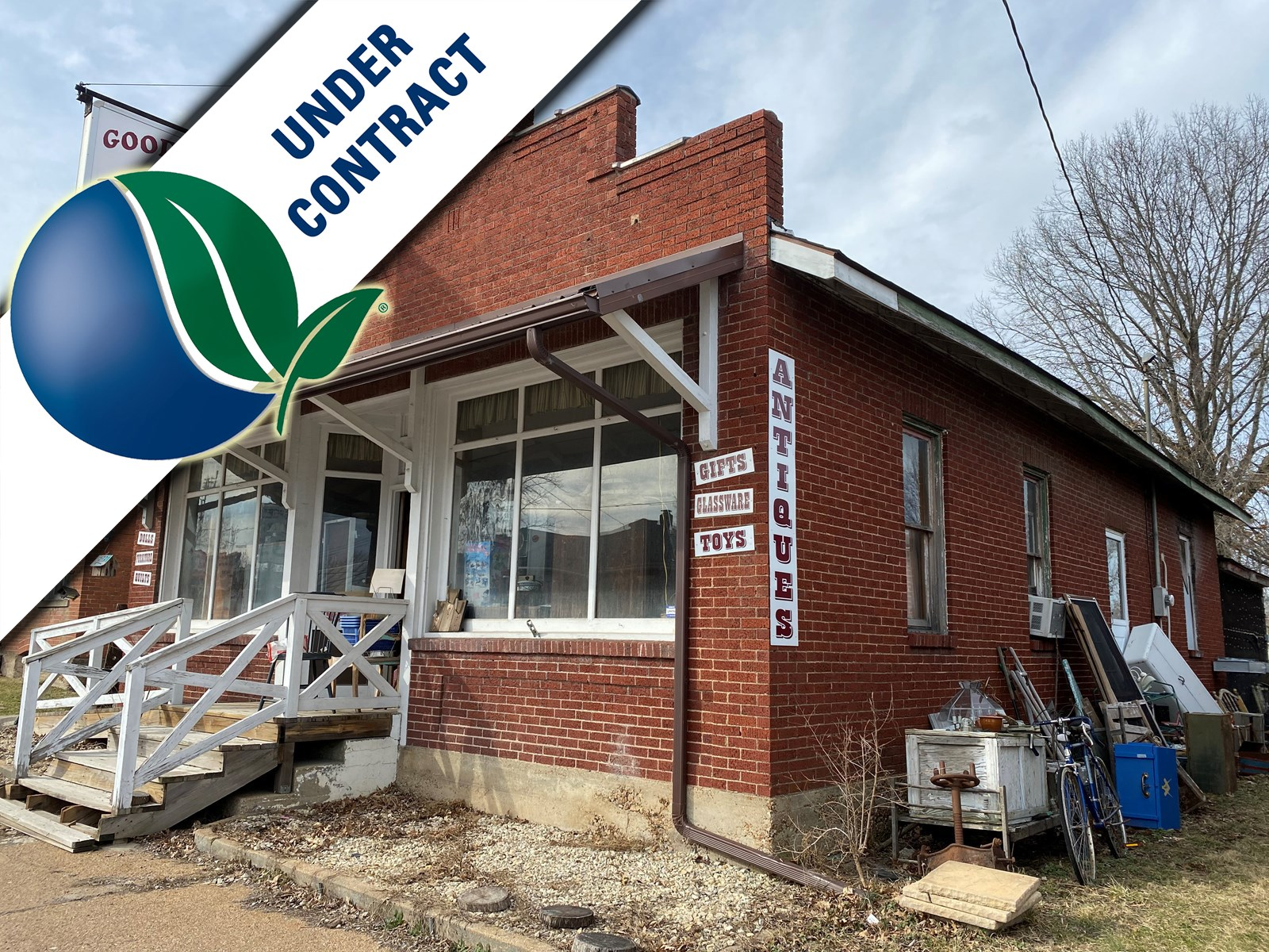 Fixer upper with charming storefront located in Rosebud!