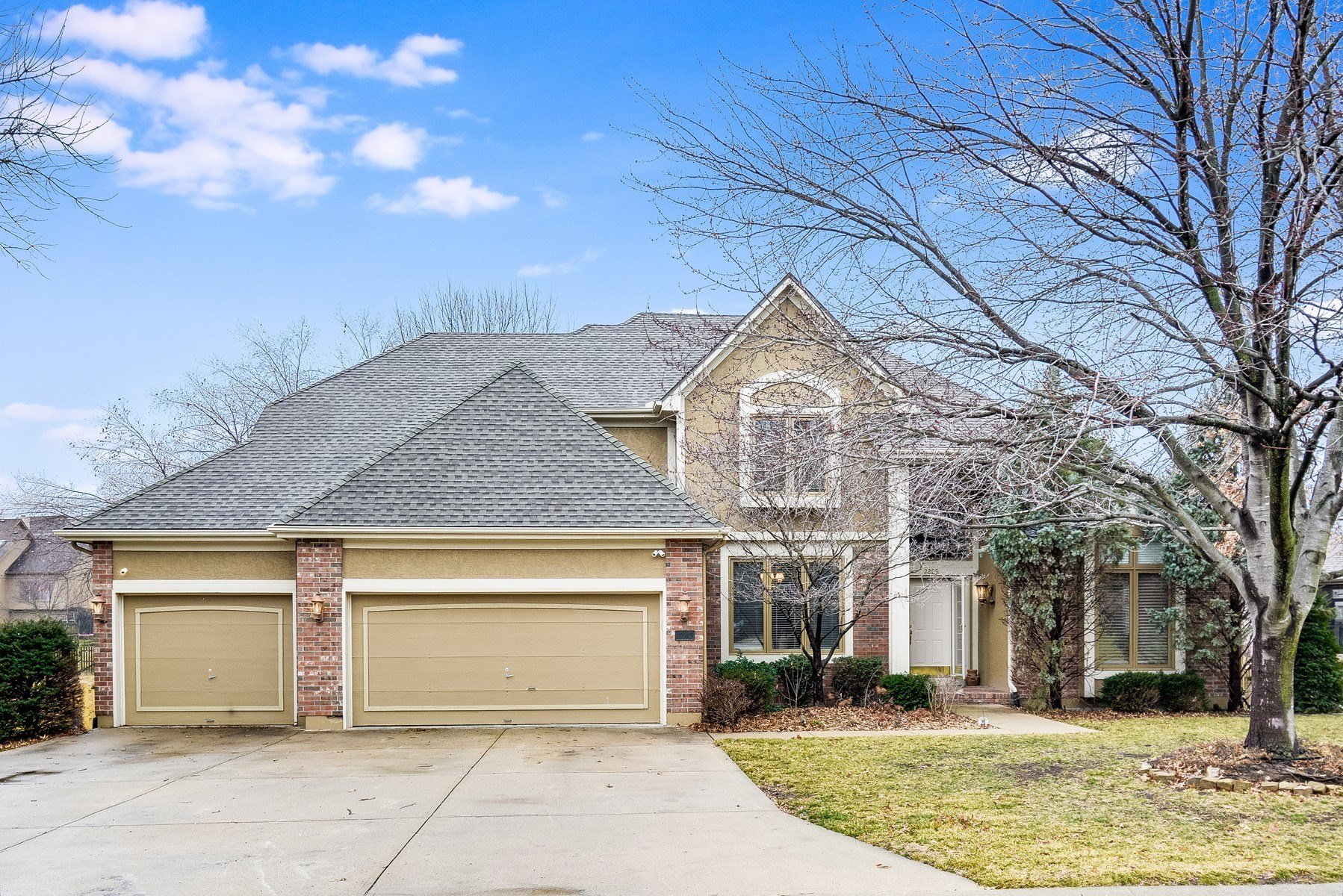 BLUE SPRINGS SCHOOLS, LARGE FAMILY HOME, MAIN FLOOR LIVING