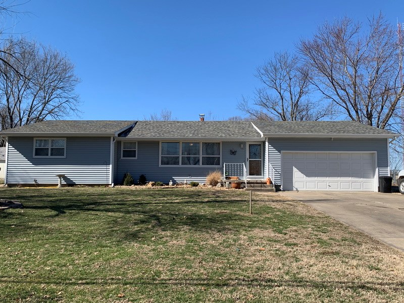 Beautiful Home in Town: Updated Kitchen& In Backyard