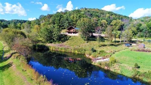 Awe inspiring log home in Kickapoo River tributaries hills