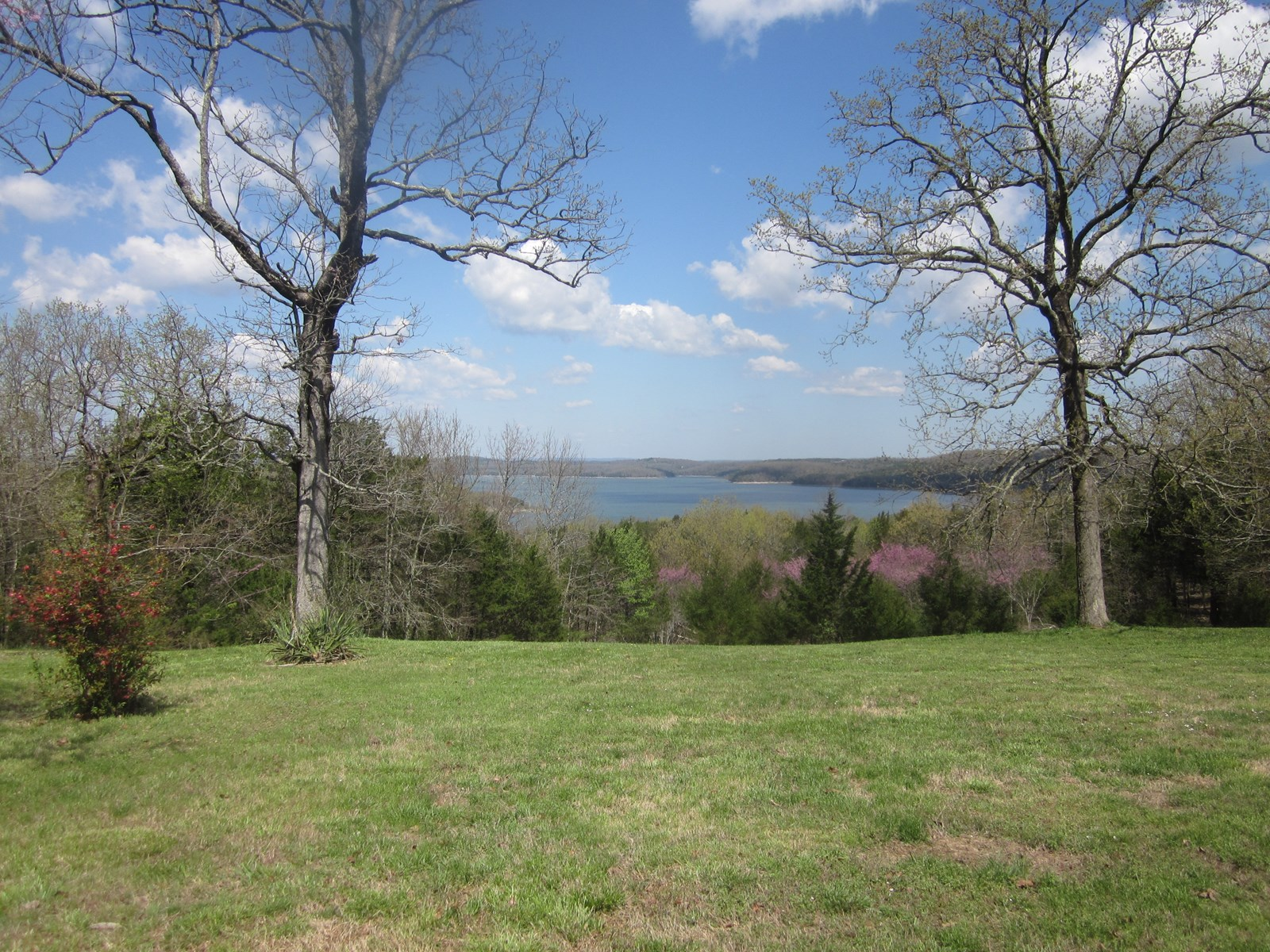 LAKE HOME ON BULL SHOALS LAKE, SURROUNDED BY GOVERNMENT!
