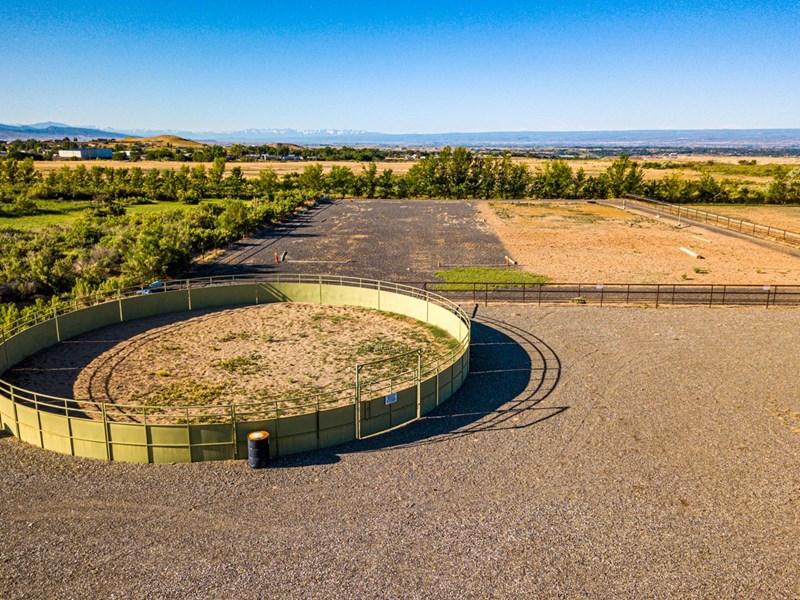 Round pen & outdoor arena