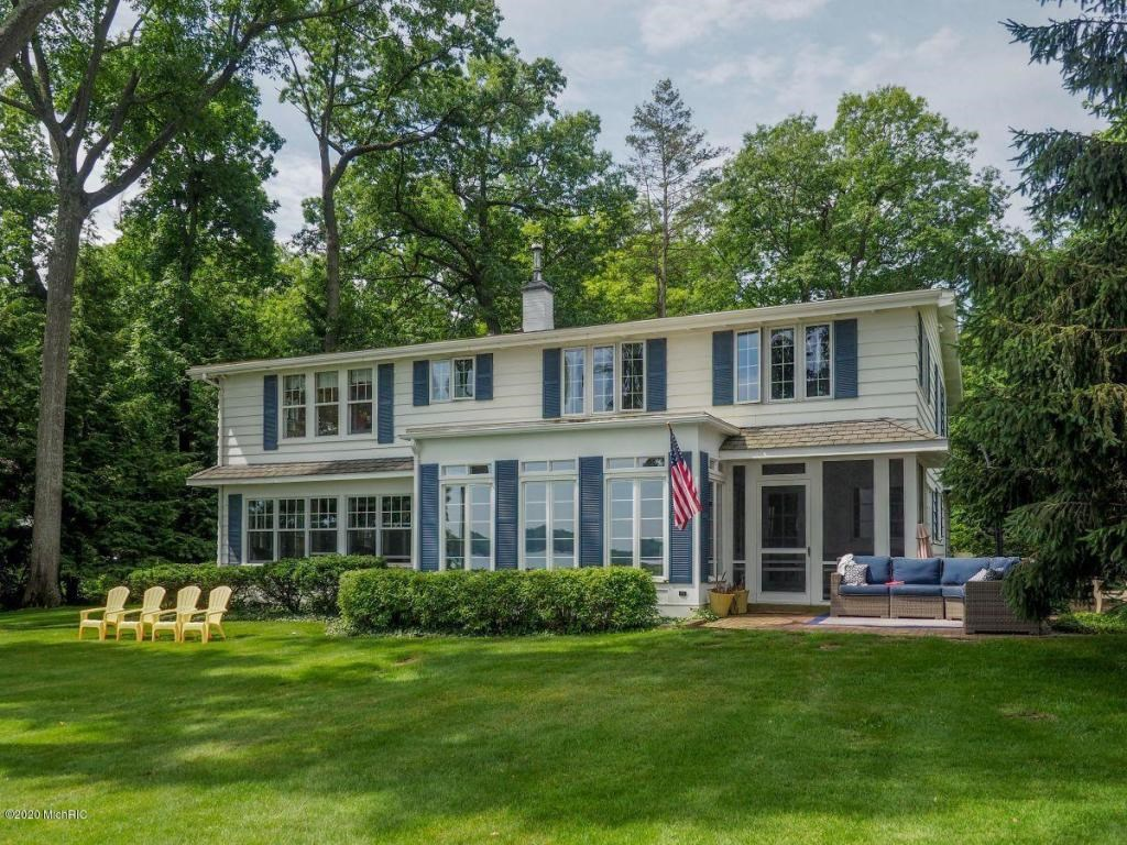 Charming 4-acre lakefront estate on Gull Lake