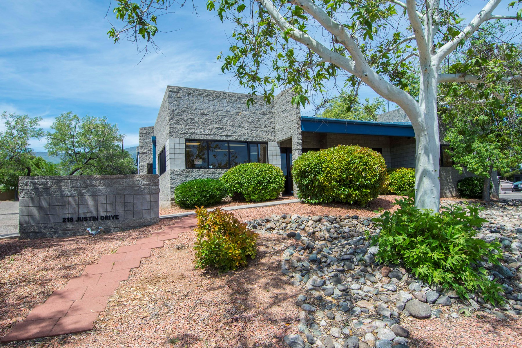 Large Commercial building in Cottonwood for sale