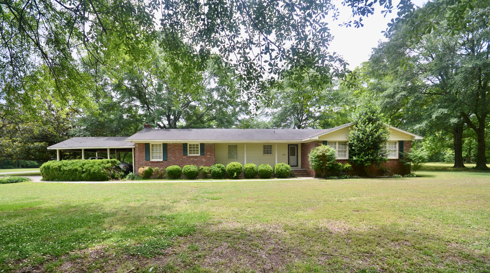 Hartselle Alabama home on 2.55 acres