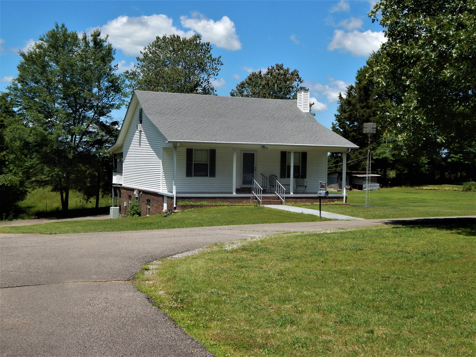TN COUNTRY HOME, 3 BED, 2 BATH ON 1.06 ACRES!
