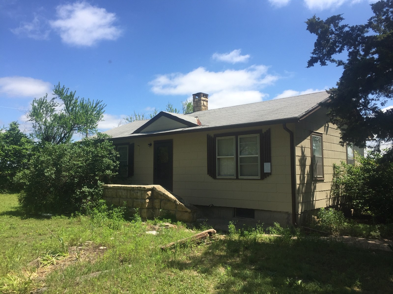 ONLINE AUCTION: 2 BEDROOM HOME ON 1 ACRE IN AUGUSTA, KS