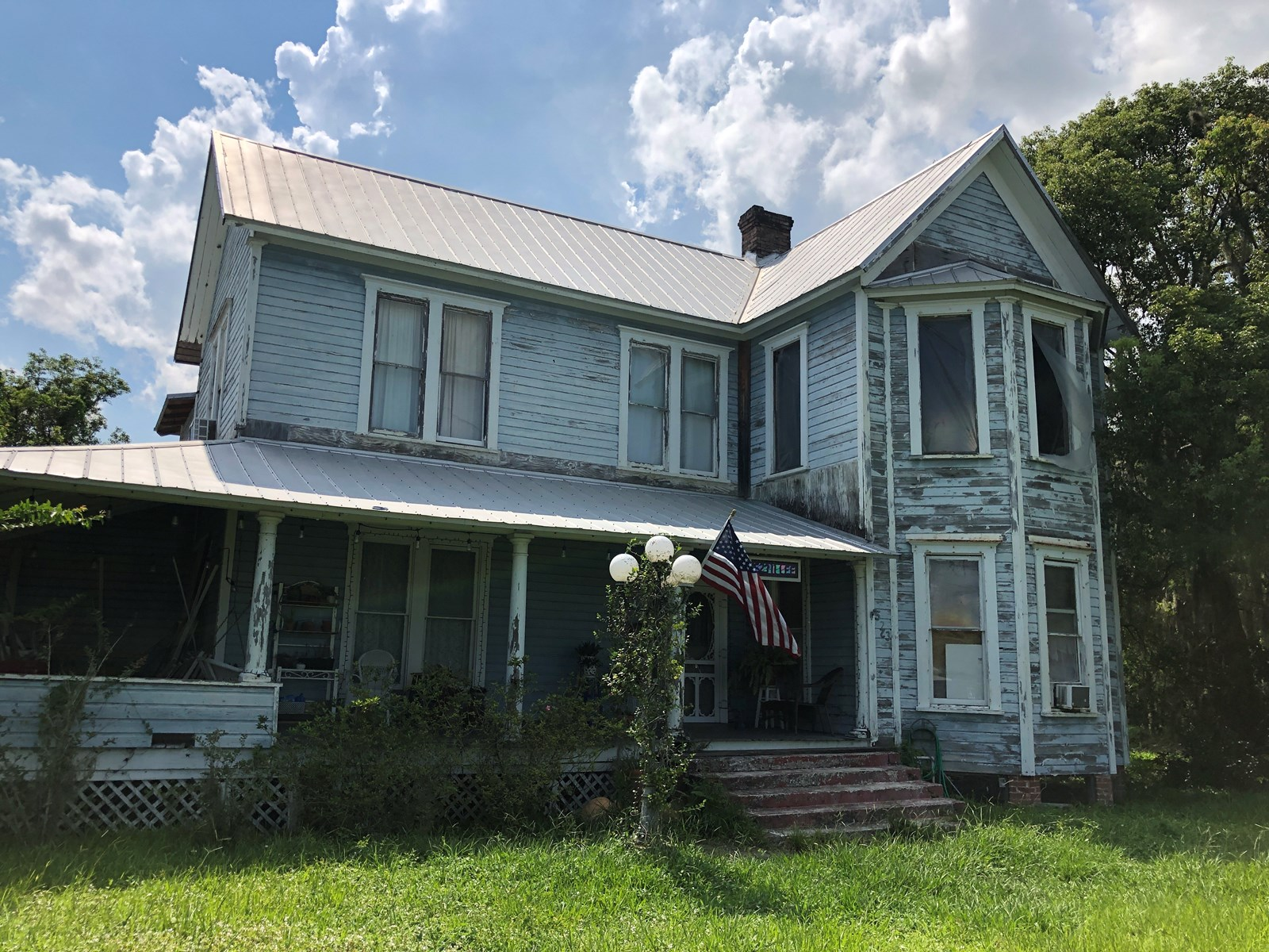 CLASSIC 1906 VICTORIAN HOME IN NEED OF RESTORATION