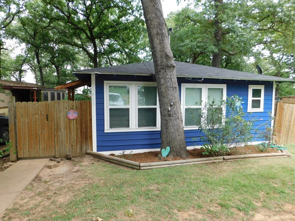 BLUE BUNGALOW ON LAKE PALESTINE