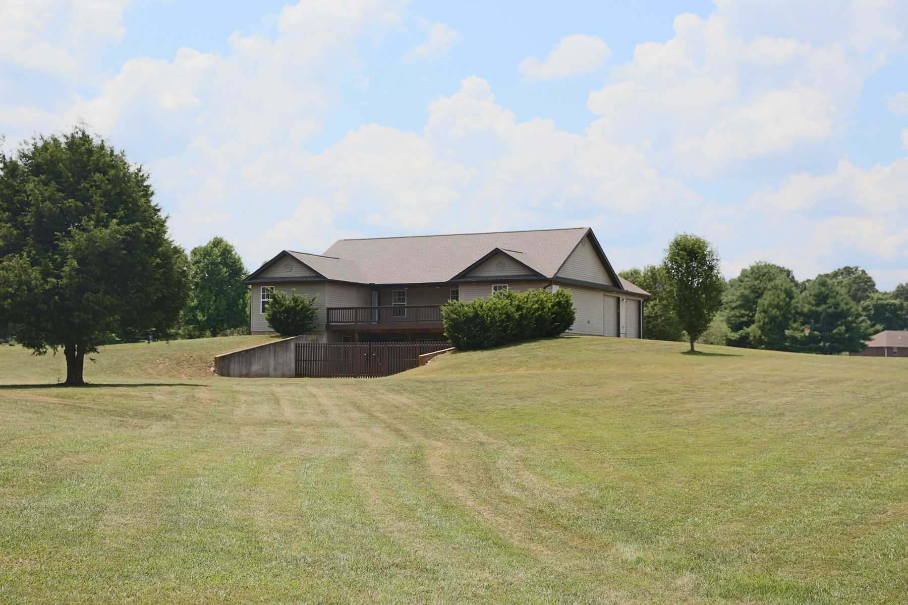 Large Family Home on 3.16 acres in West Plains, MO