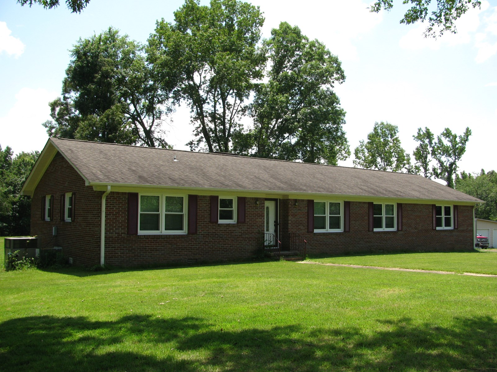 3 BEDROOM BRICK HOME IN TN WITH POND, COUNTRY HOME