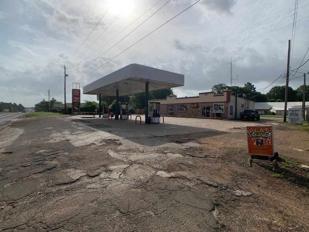 FULLY OPERATIONAL UNBRANDED SERVICE STATION & C-STORE