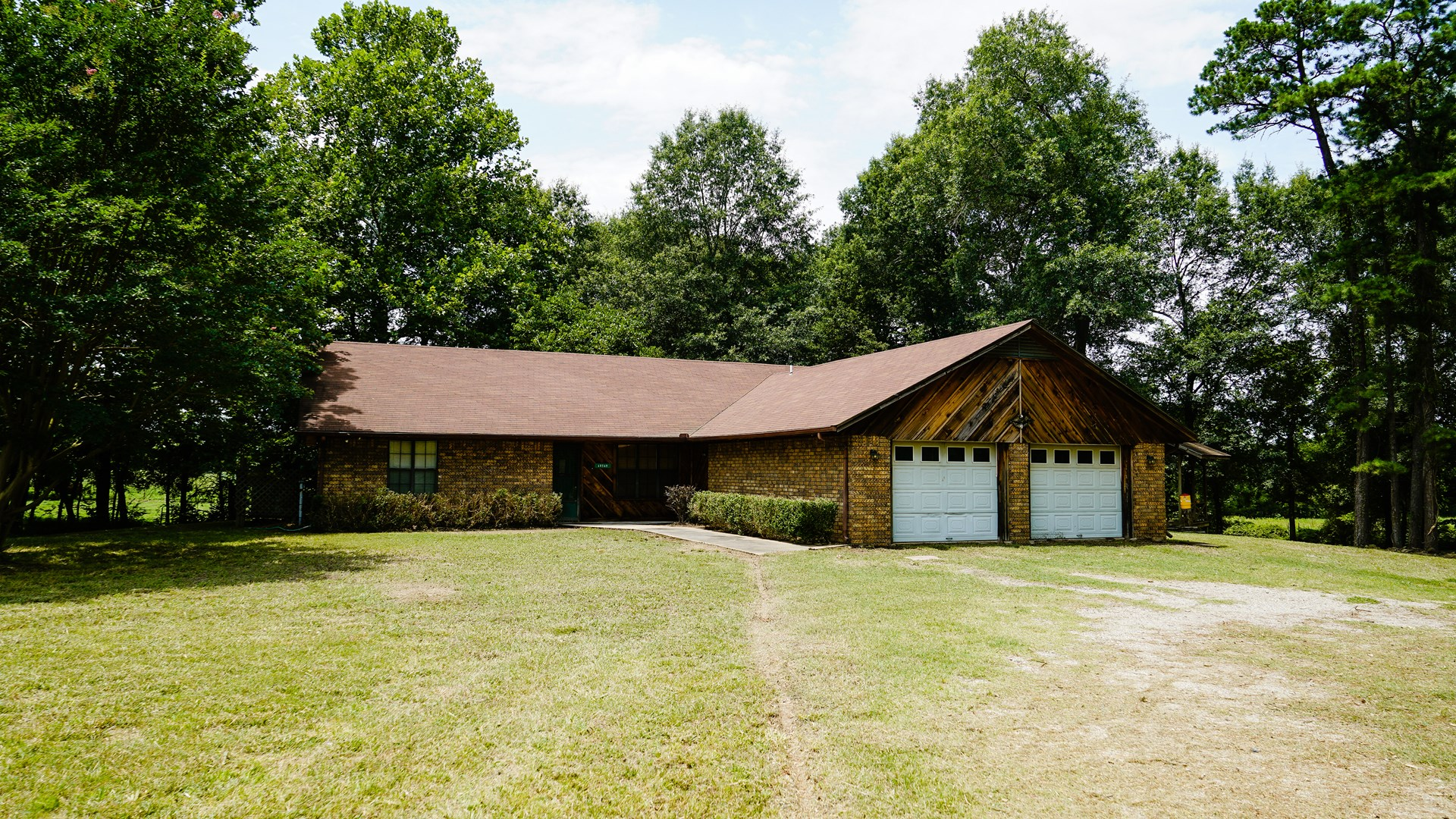 COUNTRY HOME WITH HORSE BARN 5 MINUTES WISTER LAKE
