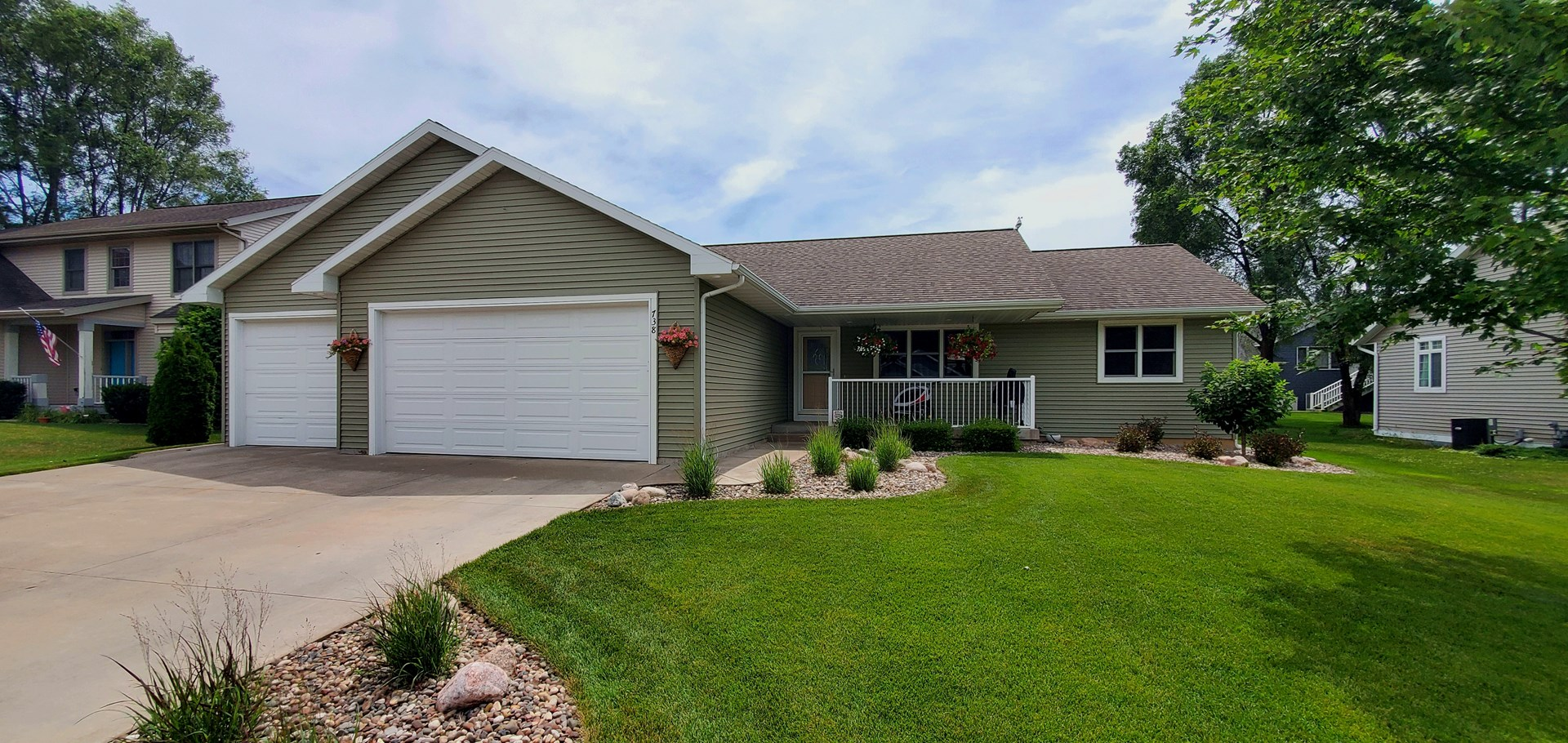 5 bedroom, 3 full bath ranch style open concept home!