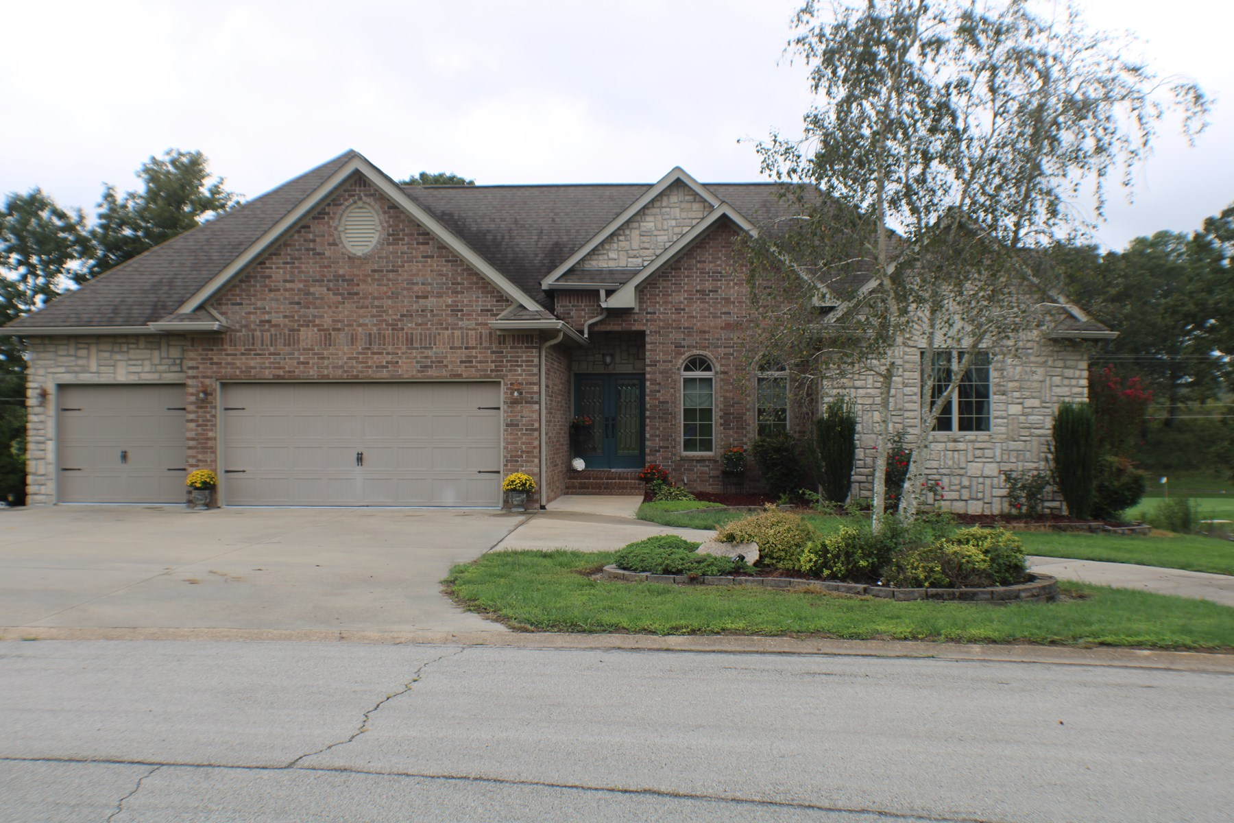 Beautiful Lakefront Home on Golf Course in West Plains