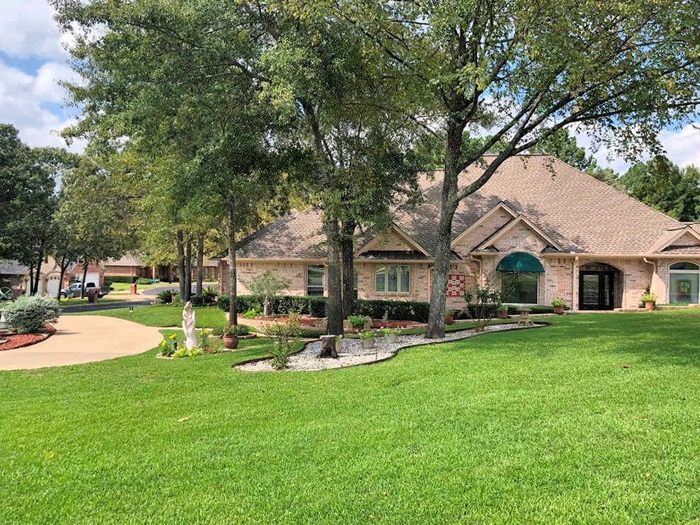 HOME FOR SALE IN GOLF COURSE NEIGHBORHOOD | TYLER TX