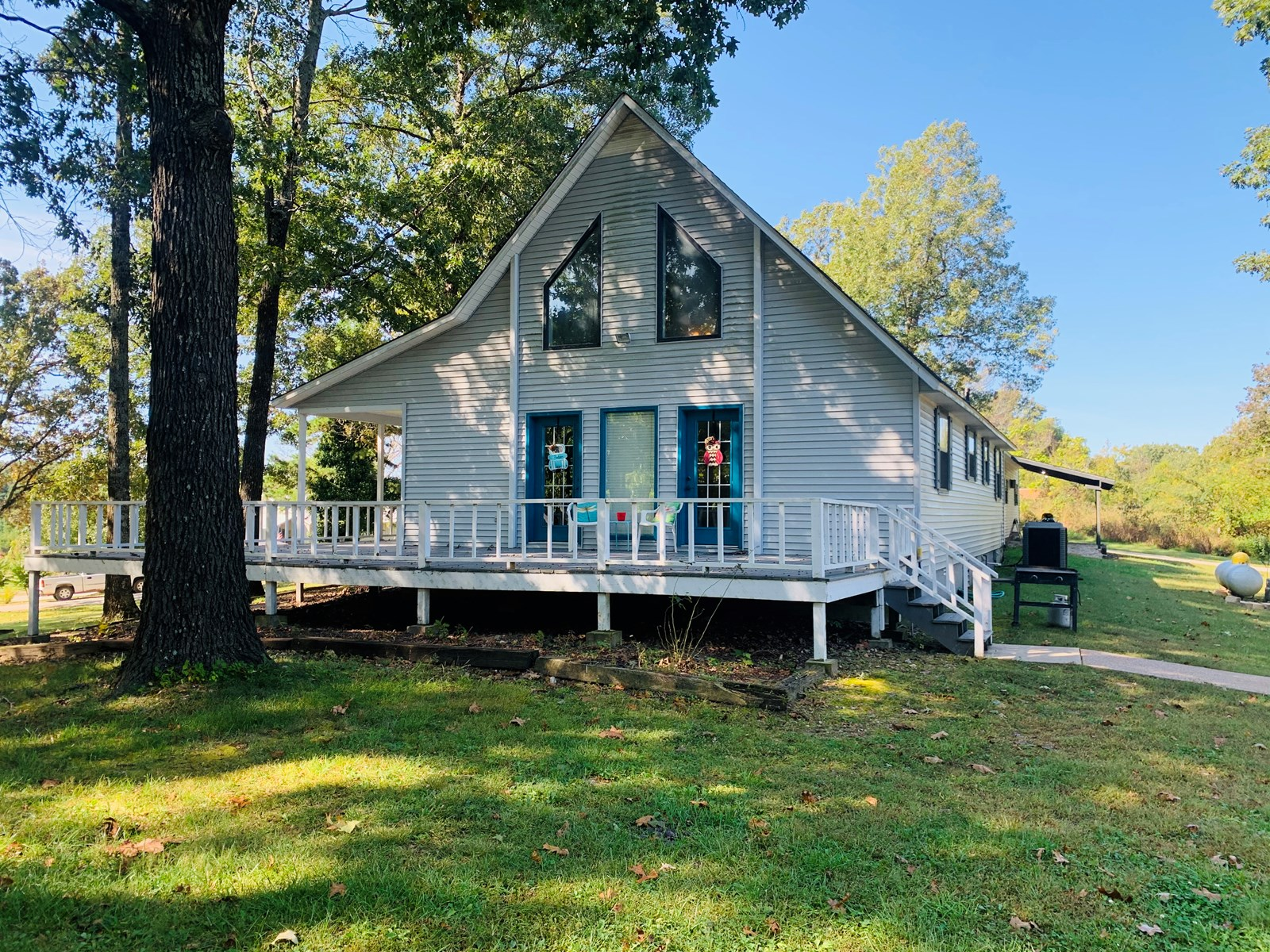 FAMILY HOME WITH POOL HOUSE AND SHOP WITH ACREAGE FOR SALE