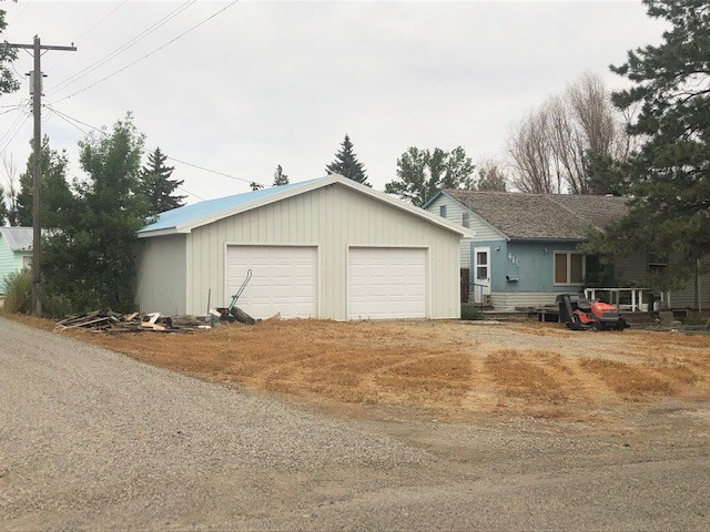 Home for sale in Montana. Large garage and home