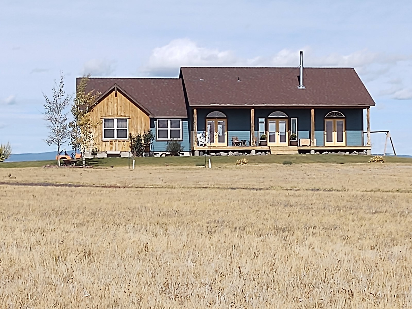 GORGEOUS CUSTOM BUILT COUNTRY HOME!