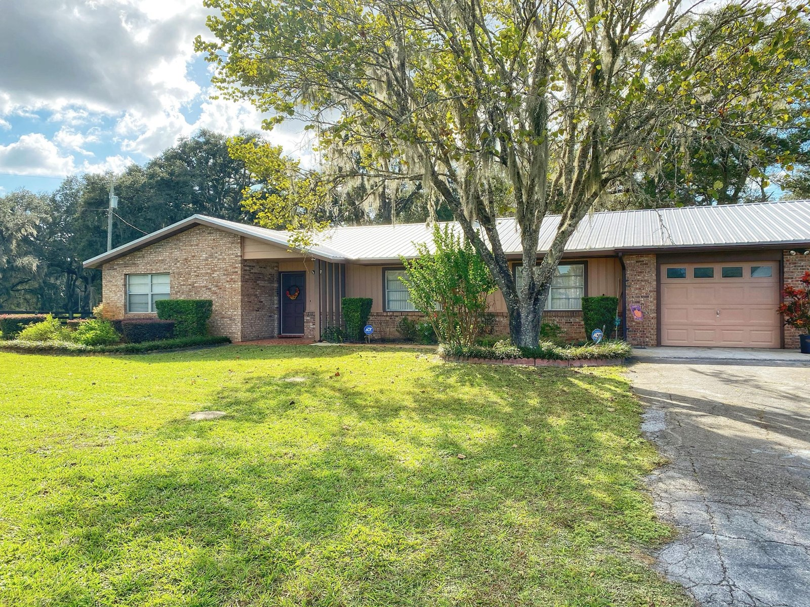 BEAUTIFUL COUNTRY HOME AND ACREAGE!