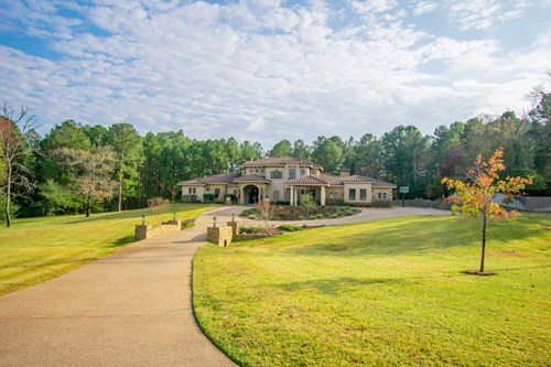 STUNNING CUSTOM COUNTRY HOME / ACREAGE & ENTERTAINING ZONES