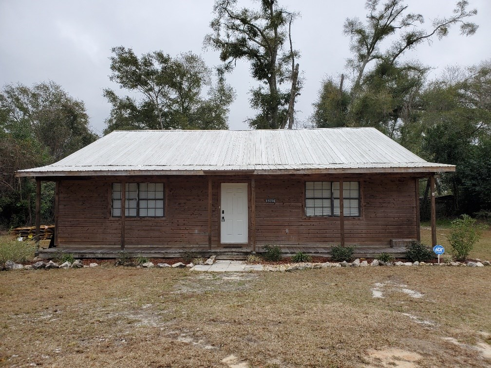Beautiful Country Home located near public boat ramp.