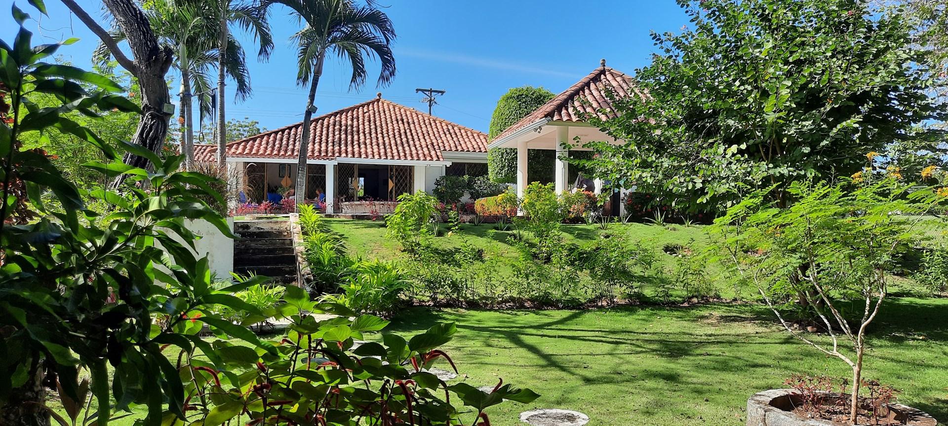 TROPICAL HOUSE WITH POOL FOR SALE IN CORONADO PANAMA