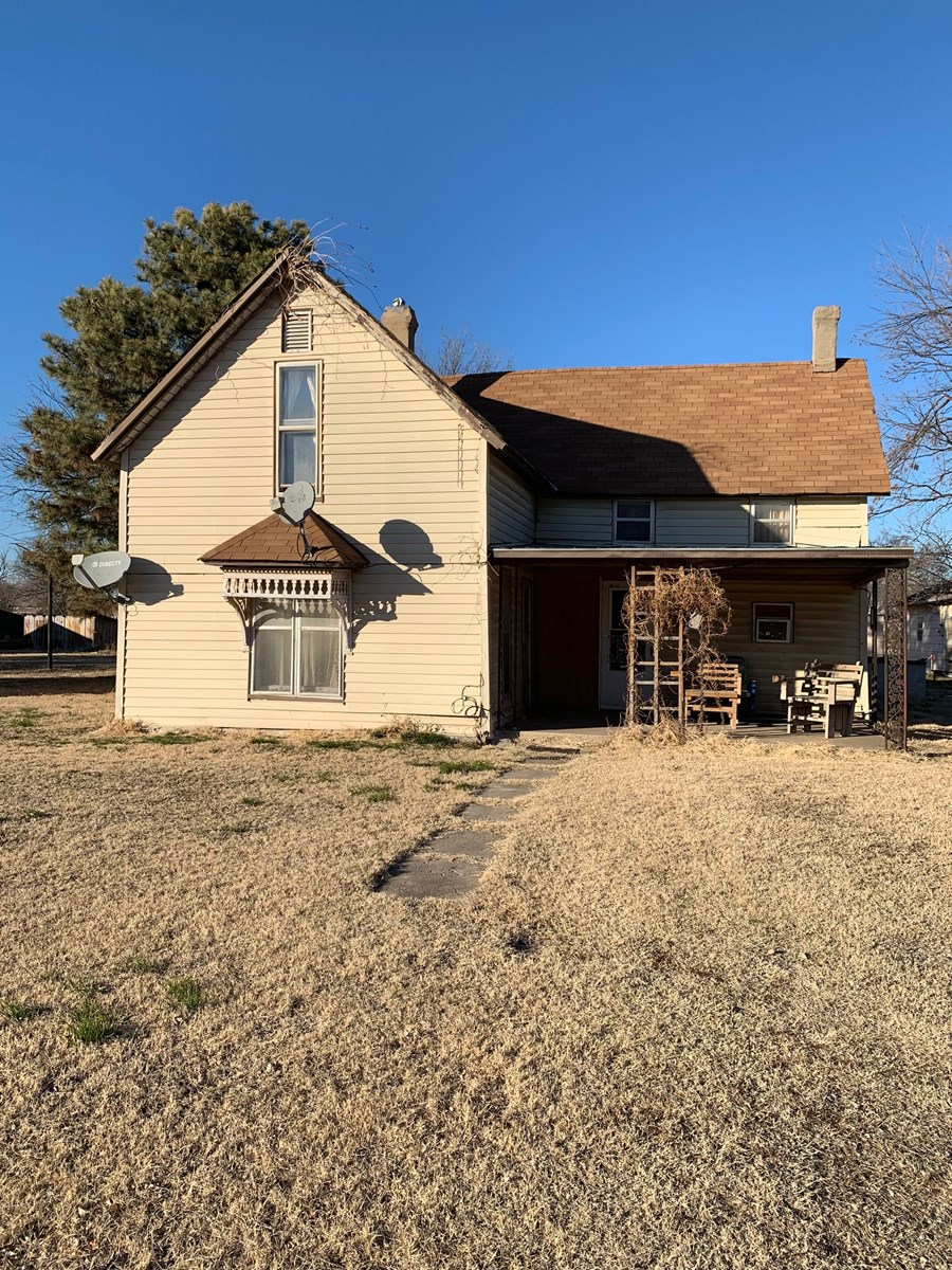 RURAL OKLAHOMA LIVING 3 BED HOME WITH SHOP FOR SALE