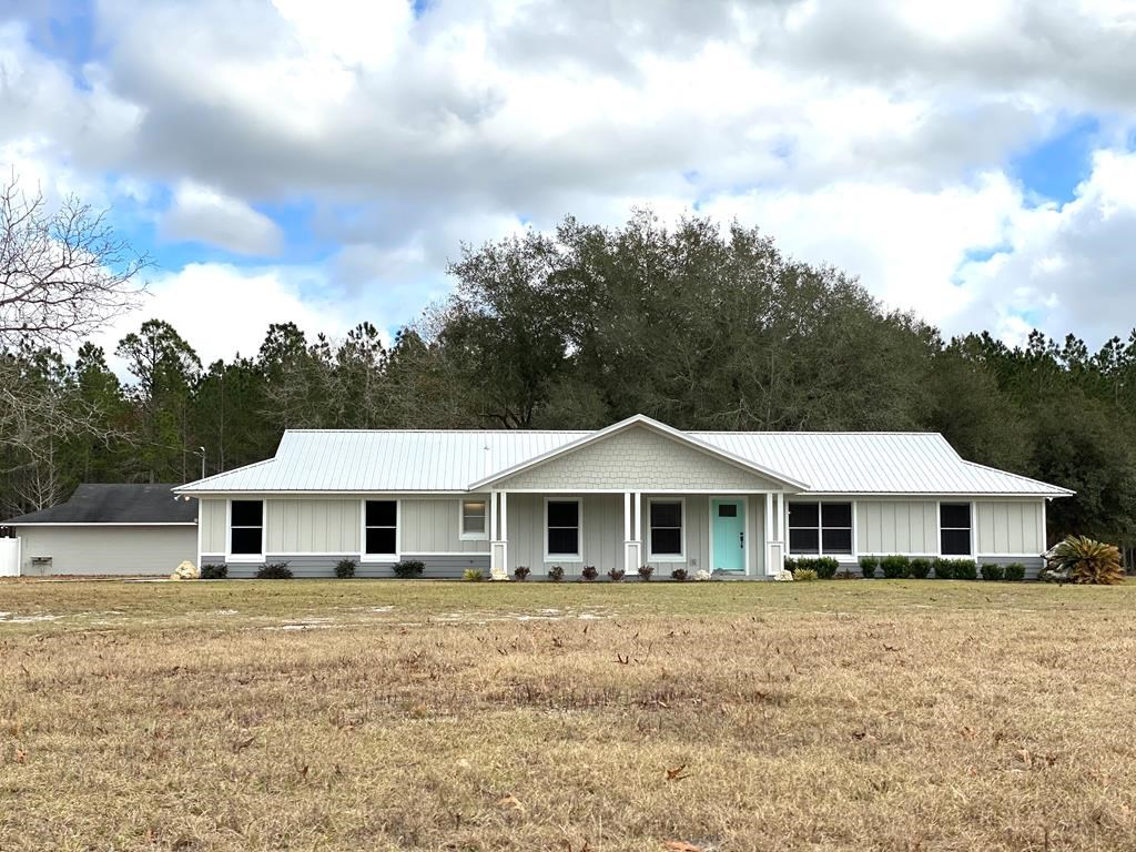 COUNTRY HOME ON 5 ACRES!!