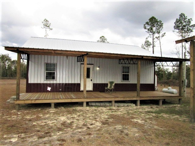 Great country retreat in FL with acreage on Telogia Creek
