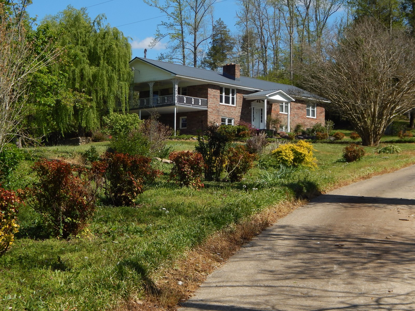 Tennessee Country Home on 4.5+/- Acres with a Creek & Pond!