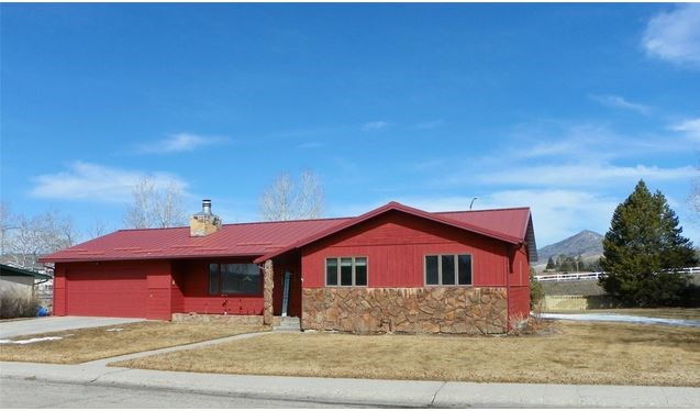 Large Country Club home in Butte Montana